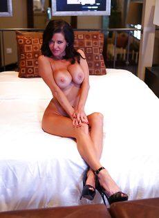 Очередной разврат от сексапильной грудастой брюнетки Veronica Avluv - фото #13