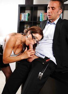 Сногсшибательные девушки трахнулись с парнем в порядке очереди - фото #1