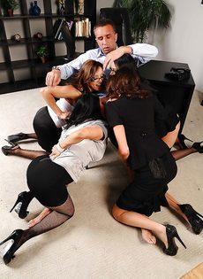 Сногсшибательные девушки трахнулись с парнем в порядке очереди - фото #2