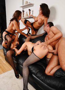 Сногсшибательные девушки трахнулись с парнем в порядке очереди - фото #10