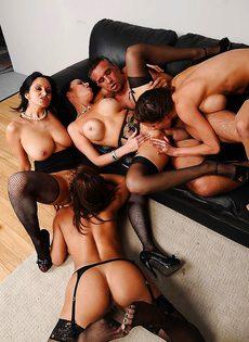 Сногсшибательные девушки трахнулись с парнем в порядке очереди - фото #13