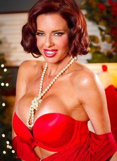 Очень сексуально снимает с себя трусики красного цвета - фото #7