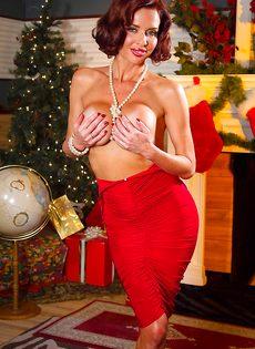 Очень сексуально снимает с себя трусики красного цвета - фото #9