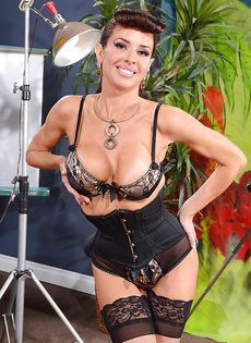 Сексапильная милфа с большой грудью улыбается во время фото сессии - фото #2