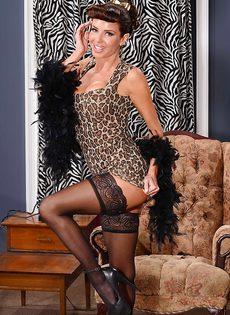 Сексапильная милфа с большой грудью улыбается во время фото сессии - фото #5