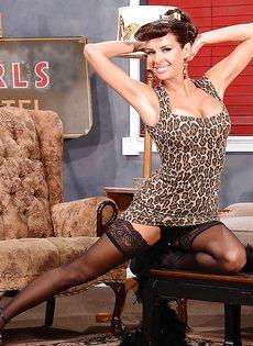 Сексапильная милфа с большой грудью улыбается во время фото сессии - фото #7