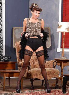 Сексапильная милфа с большой грудью улыбается во время фото сессии - фото #9