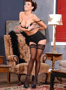 Сексапильная милфа с большой грудью улыбается во время фото сессии - фото #11