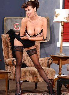 Сексапильная милфа с большой грудью улыбается во время фото сессии - фото #12