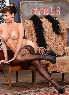 Сексапильная милфа с большой грудью улыбается во время фото сессии - фото #13