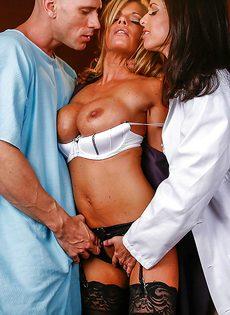 Горячий половой акт с двумя бабенками в больнице - фото #1