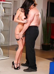 В удобной позе запихивает пенис в большегрудую женщину - фото #