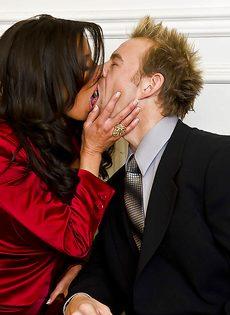 Темпераментный мужчина оприходовал любовницу в черных чулках - фото #