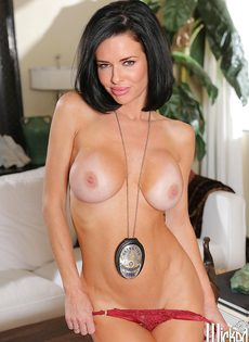 Зрелая полицейская с большой силиконовой грудью хочет трахаться - фото #