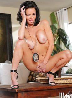 Зрелая полицейская с большой силиконовой грудью хочет трахаться - фото #15