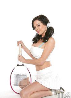 Сексуальная теннисистка с большими силиконовыми грудями - фото #3