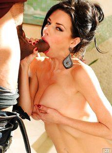 Стоя дрючит сексапильную зрелую бабу с большой грудью - фото #5
