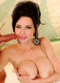 Стоя дрючит сексапильную зрелую бабу с большой грудью - фото #16