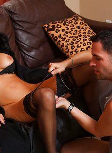 Отлично трахает сексапильную зрелую стерву на кожаном диване - фото #3