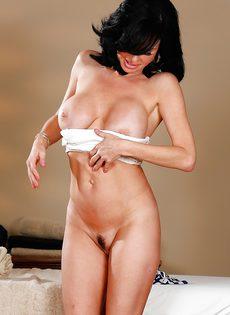 Шикарная брюнетка с большими сиськами пришла на массаж - фото #11