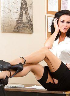 Сексапильная и гламурная секретарша в эротическом нижнем белье - фото #2