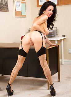Сексапильная и гламурная секретарша в эротическом нижнем белье - фото #13