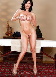 Сучка Veronica Avluv раздевается догола в массажном кабинете - фото #14