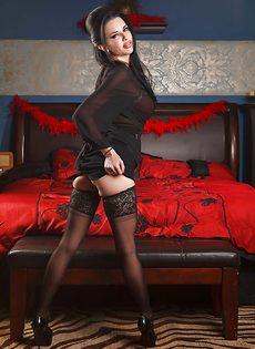 Брюнетистая мадам демонстрирует интимные части тела в разных ракурсах - фото #3