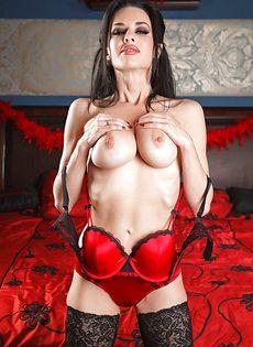 Брюнетистая мадам демонстрирует интимные части тела в разных ракурсах - фото #9