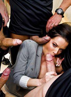 Страстную мадам пустили по кругу и хорошенько трахнули - фото #