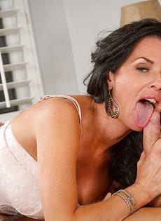 Барышня наслаждается горячей спермой после предварительных ласк - фото #4