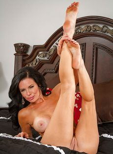 Очередная эротическая фото сессия от зрелой брюнетки - фото #12