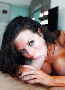 Мощно трахает потасканную женщину Veronica Avluv в пизду - фото #1