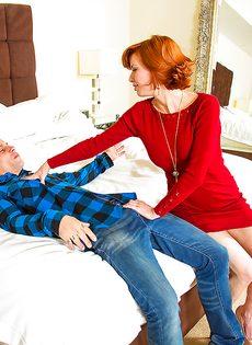 Рыжеволосая бабенка раздвигает ножки перед своим любовником - фото #1