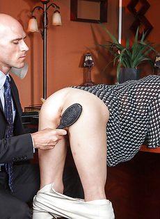 Секретарша с глубокой глоткой ласкает пенис лысого начальника - фото #3