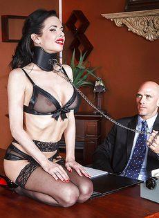 Секретарша с глубокой глоткой ласкает пенис лысого начальника - фото #5
