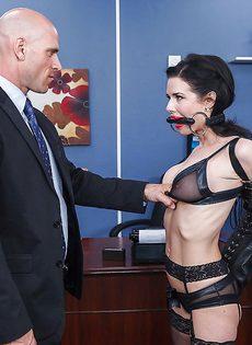 Секретарша с глубокой глоткой ласкает пенис лысого начальника - фото #6