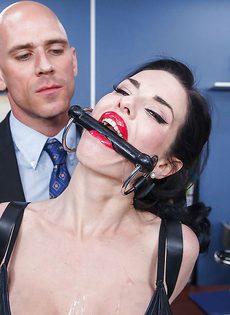 Секретарша с глубокой глоткой ласкает пенис лысого начальника - фото #7