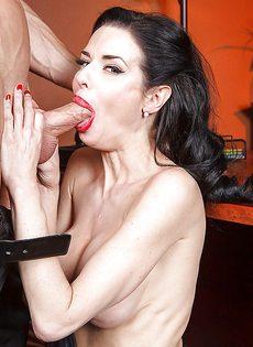 Секретарша с глубокой глоткой ласкает пенис лысого начальника - фото #12