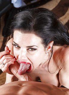 Секретарша с глубокой глоткой ласкает пенис лысого начальника - фото #14