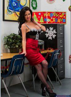 Сучка осталась в офисе и помастурбировала вагинальную дырку - фото #