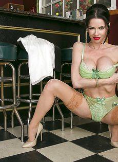 Veronica Avluv удовлетворенно мастурбирует влажную пизду - фото #5