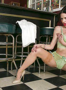 Veronica Avluv удовлетворенно мастурбирует влажную пизду - фото #6