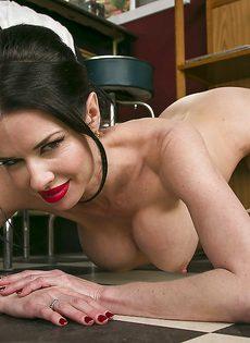 Veronica Avluv удовлетворенно мастурбирует влажную пизду - фото #13