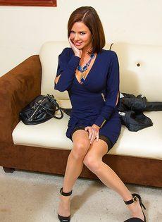 Красотка Вероника лежит на столе и принимает пенис в себя - фото #2