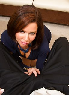 Красотка Вероника лежит на столе и принимает пенис в себя - фото #