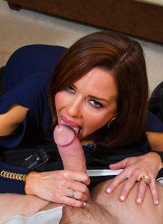 Красотка Вероника лежит на столе и принимает пенис в себя - фото #4