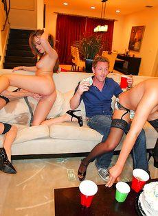 Пьяным девушкам захотелось сексуальных развлечений - фото #7