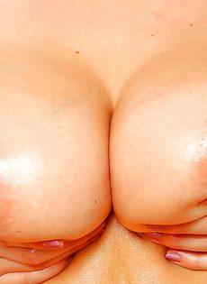 Блондинистая куколка с шикарными сиськами занимается мастурбацией - фото #16
