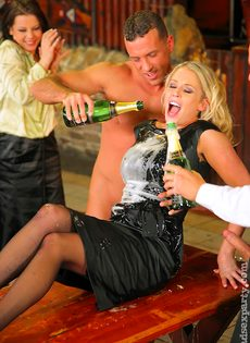 Пьяных девушек развели на страстное групповое совокупление - фото #2